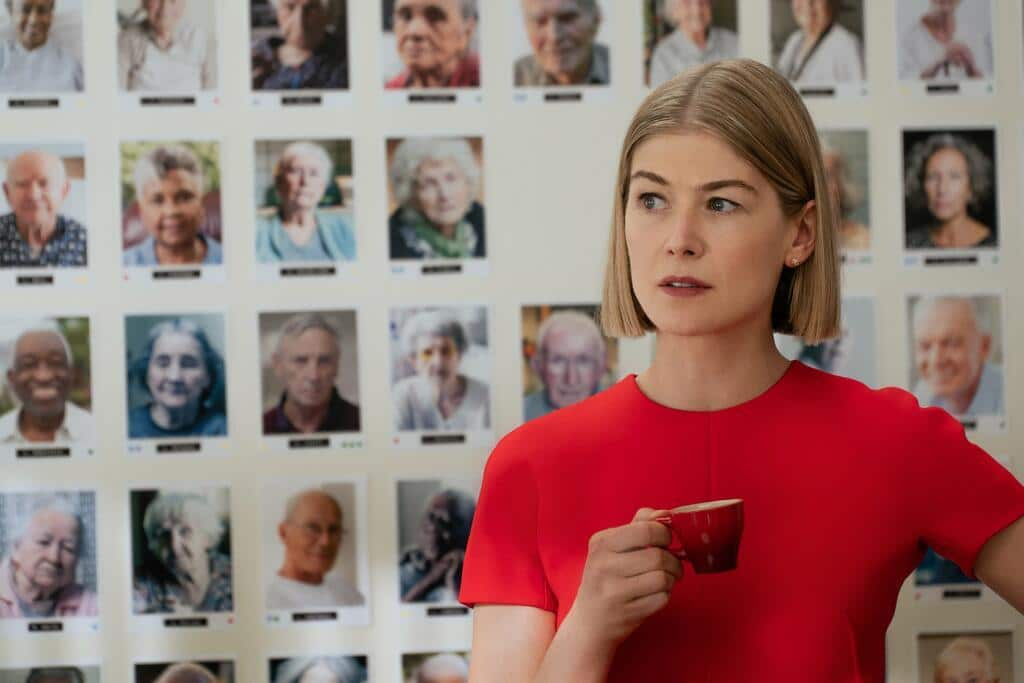 Recensione I care a lot - La dark comedy con Rosamund Pike